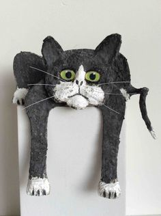Chat fatigué noir, papier mâché et acrylique. : Sculptures, gravures, statues par michdod