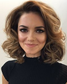 Simply the Best Hair Shades for Brunettes Curled Hairstyles For Medium Hair, Medium Hair Cuts, Medium Hair Styles, Curly Hair Styles, Cool Hairstyles, Wedding Hairstyles, Brunette Hairstyles, Long Hair Tips, How To Curl Short Hair