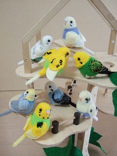 Would love a crochet pattern for these lovely cute parakeets but the website is in Japanese :(