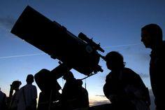 Des astronomes observent la lune de la voisine - http://boulevard69.com/des-astronomes-observent-la-lune-de-la-voisine/?Boulevard69