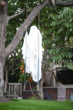 Top 21 Creepy Ideas to Decorate Outdoor Trees for Halloween