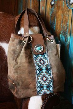 Boho summer: boho leather bag with turquoise embroidery.i can make this we have loads of scrap leather 😉 Hippie Chic, Estilo Hippie, Louis Vuitton Handbags, Purses And Handbags, Fashion Handbags, Handbags Online, Chanel Handbags, Leather Handbags, Leather Bags