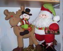 Papa noel con reno y muñeco de nieve
