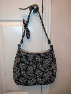 Make Hobo Bag Free Bag Pattern and Tutorial - Hobo Bag - This hobo bag features an adjustable shoulder strap that ties in a knot and an inner zipper pocket ensures your valuables are secure. Hobo Bag Tutorials, Sewing Tutorials, Sewing Crafts, Tutorial Sewing, Sewing Patterns, Wallet Pattern, Tote Pattern, Hobo Bag Patterns, Diy Sac