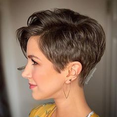 How to style the Pixie cut? Despite what we think of short cuts , it is possible to play with his hair and to style his Pixie cut as he pleases. Short Thin Hair, Haircut For Thick Hair, Cute Hairstyles For Short Hair, Short Hair Cuts For Women, Pixie Hairstyles, Curly Hair Styles, Fashion Hairstyles, Short Hair 2014, 80s Short Hair