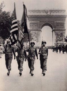 Les soldats américain marchent dans les rues à Paris.