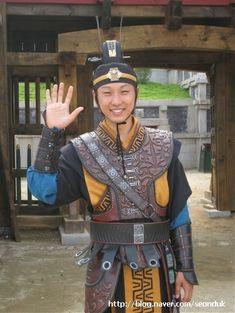 "Lee Seung-Hyo as Al Cheon Hwarang ""The Great Queen Seon Deok"" Korean Traditional, Traditional Outfits, V Bts Hwarang, Han Hye Jin, Empress Ki, Korean Dress, Korean Actors, Kdrama, Movie Tv"