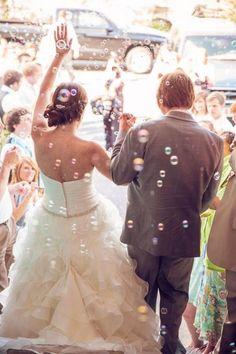 O que jogar na saída dos noivos