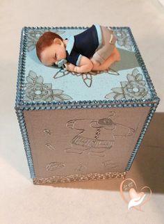 Tirelire bébé garçon bleu ciel et gris- au coeur des arts  Bébé garçon réalisé en pâte polymère (Fimo),  Petite boîte en bois peinte à la main  Poids : 140 gramme - 19608397
