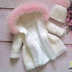 No photo description available. Baby Girl Crochet, Crochet Baby Clothes, Crochet For Kids, Baby Knitting Patterns, Baby Patterns, Baby Coat, Kids Coats, Baby Winter, Baby Sweaters