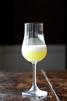 This homemade limoncello is simple and delicious Youll need to plan 3 to 4 days in advance but the work is mostly hands off Limoncello makes a great gift its such a fest. Homemade Liquor, Homemade Food Gifts, Diy Gifts, Diy Food, Homemade Alcohol, Edible Gifts, Homemade Recipe, Homemade Limoncello, Grain Alcohol