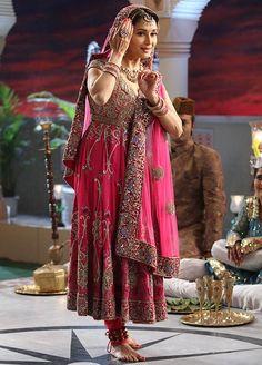 Madhuri Dixit recreating Meena Kumari in Pakeezah for Jhalak Dikh Laa Jaa Dance Fashion, 90s Fashion, Indian Fashion, Fashion Outfits, Kathak Costume, Madhuri Dixit Saree, Everybody's Darling, Indian Classical Dance, Indian Princess