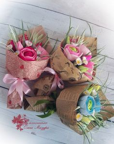 Букеты из конфет Candy Flowers, Crepe Paper Flowers, Diy Flowers, Diy Crafts For Gifts, Paper Crafts, Baby Bouquet, Mothers Day Chocolates, Chocolate Flowers, Flower Girl Basket
