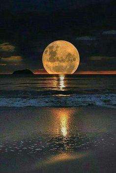Beautiful moon over ocean Beautiful Moon, Beautiful World, Beautiful Places, Beautiful Ocean Pictures, Relaxing Pictures, Beautiful Scenery, Landscape Photography, Nature Photography, People Photography