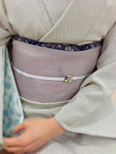 kimono 着物 (I love the subtlety of the colors... and the sleeve lining/juuban sleeve peeking out (it's hard to tell which it might be))