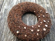 Dieser Kranz geschmückt mit Zypressen Früchte.  Außendurchmesser 40 cm (16 Zoll). Innendurchmesser 16 cm (6 Zoll). Dicke 5 cm (2 Zoll).  Dieser einfache, aber auffällige Kranz ist eine tolle Deko für Ihr Haus das ganze Jahr. Weil es einfach ist. Sie können sich gerne um es zu schmücken sich mit Ornamenten oder alles, was Sie wünschen