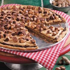Peanut Pizza I just call it peanut butter pizza and it is delish! Everyone craves this dessert at gatherings!I just call it peanut butter pizza and it is delish! Everyone craves this dessert at gatherings! Just Desserts, Delicious Desserts, Dessert Recipes, Yummy Food, Candy Recipes, Cookie Recipes, Sweet Pizza, Love Pizza, Pizza Pizza