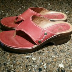 ARIAT SOFT LEATHER  COMFY SANDALS FLIPFLOPS Beautifully made rose colored SIZE 6.5 leather sandals with white stitching. Ariat brand, super comfy low heel. Excellent condition, almost like new. A couple very faint marks on leather- see pics. Thanks for looking! :-) Ariat Shoes Sandals