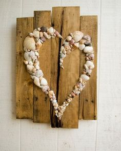 35 Entzückende DIY-Shell-Projekte für Strand inspiriertes Dekor 35 Beautiful DIY Shell Projects for Beach Inspired Decor Get more photo about subject related with by looking at photos gallery at the bottom of this… Continue Reading → - Arte Pallet, Pallet Art, Pallet Ideas, Beach Crafts, Diy And Crafts, Arts And Crafts, Decor Crafts, Art Decor, Creation Deco