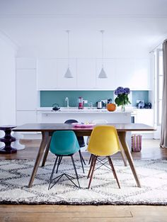 Great colorful dining room and kitchen with eames chairs and moroccan style rug sillas Home Interior, Kitchen Interior, New Kitchen, Kitchen Dining, Scandinavian Interior, Interior Ideas, Kitchen White, Design Interior, Kitchen Ideas