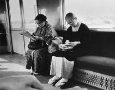 Andre Kertesz : reading on train, Japan, 1968
