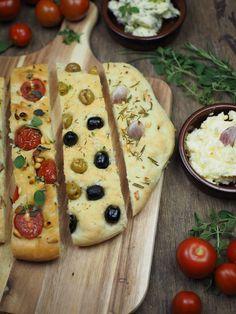 Rezept Focaccia Brot - drei köstliche Varianten / Tomaten und Pinienkerne, Oliven, Knoblauch und Rosmarin / einfaches und schnelles Grundrezept