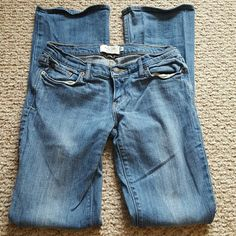 ABERCROMBIE AND FITCH JEANS SIZE 2R blue jeans in great shape front button zip up 2 back pockets and 3 front pockets inseam is 31 lying flat the waste is 14 Abercrombie & Fitch Jeans Flare & Wide Leg