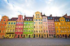 Dans la ville de Wroclaw en Pologne, les façades sont pour la plupart très colorées, notamment sur la place du marché qui abrite des maisons aux frontons biens découpés et aux couleurs lumineuses et gaies.