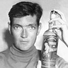 Julio Cortázar sosteniendo una botella