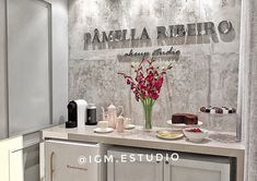 📍Projeto IGM | Estúdio de interiores. Projeto para PR studio de maquiagem e micropigmentação. Ambiente projetado mesclando estilos,… Nail Salon Design, Nail Salon Decor, Beauty Salon Decor, Beauty Salon Design, Beauty Studio, Makeup Studio Decor, Flower Wall Backdrop, Lash Room, Studio Organization