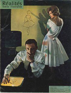 """Guy Laroche en train d'esquisser sa nouvelle collection """"272"""" à l'aide d'un projecteur """"vugraph"""" (photo Jean-Philippe Charbonnier) - Réalités n°147, avril 1958."""