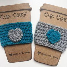 Cup Cozy feito á mão de crochê, um amorzinho pra deixar seu café muito mais charmoso <3 R$ 12,00 www.guimmi.com.br