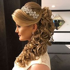 Photo taken by Sonia Lopes ( with caption : 'Boa noite 🌸 ✨. Long Hair Wedding Styles, Wedding Hairstyles For Long Hair, Elegant Hairstyles, Formal Hairstyles, Quince Hairstyles, Party Hairstyles, Bride Hairstyles, Quinceanera Hairstyles, Prom Hair
