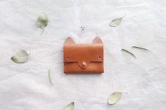 Made with 3.5oz Horween leather in caramel brown color, waxed nylon thread in natural color, and brass button stud.    The interior has one expanding