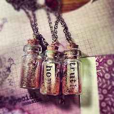 Message in a bottle charms with glitter dd Bottle Jewelry, Bottle Charms, Bottle Necklace, Diy Necklace, Resin Jewelry, Jewelry Crafts, Recycled Jewelry, Jewellery, Magic Bottles