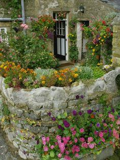 Rock wall garden // Great Gardens & Ideas //