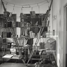 Franco Albini and the Veliero bookshelf  photographed by Mario De Biasi #francoalbini #design #bookshelf #veliero #mariodebiasi