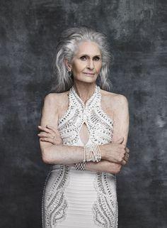 Daphne Selfe, la modelo cuya carrera despegó cuando cumplió 70 Ahora tiene 86 y Daphne Selfe sigue desmontando estereotipos y posando para las cámaras. Su espíritu vivaz y sus arrugas, que no borraría por nada del mundo, saben defender estilismos que muchos tildarían de prohibidos para una mujer de su edad.