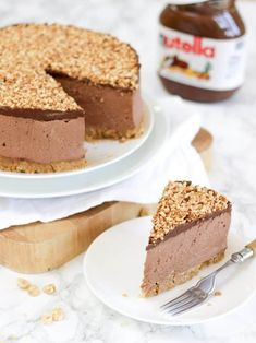 How to make the best ever NO BAKE NUTELLA CHEESECAKE! (With VIDEO tutorial!) This delicious cheesecake is the ultimate in Nutella, chocolate and hazelnut indulgence. This no bake dessert is quick and simple, easy enough for anyone, this is a must try pudd No Bake Desserts, Easy Desserts, Delicious Desserts, Dessert Recipes, No Bake Nutella Cheesecake, Cheesecake Recipes, Nutella Recipes, Pudding Recipes, Chocolate Delight