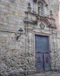 Neri A square and a wall with so many histories to talk about. Gothic Quarter Barcelona, Explore, History, Wall, Historia, Walls, Exploring