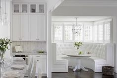 curved-banquette-nook-white-tufted-kitchann-style.jpg 740×493 pixeles