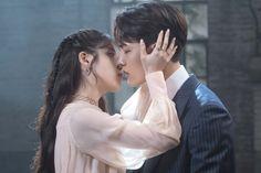 """¡""""Hotel Del Luna"""" detvNha revelado fotos deIUyYeo Jin Goosolo unos segundos antes de un beso! Las imágenes de la escena del beso aumentan las expectativas del próximo episodio, especialmente desde que Goo Chan Sung (interpretado por Yeo Jin Goo) le dijo a Jang Man Wol (interpretada por IU): """"De verdad, extremadamente, pienso en ti"""", en Kdrama, Kiss And Romance, Famous Fairies, Jin Goo, Bok Joo, Korean Couple, Kpop, Perfect Image, Drama Movies"""