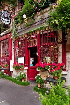 Rue Chanoinesse, a street in Paris with many charming old restaurants, cafes, and shops. Paris, France°°