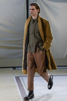 See the complete Lemaire Fall 2017 Menswear collection.