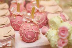 Para todos os pais suas filhas são lindas princesas e esse é um dos temas preferidos para aniversário das meninas. O mundo caramelo realizou uma mostra de festas infantis e o tema princesa foi um dos mais elegante e charmosos. Muito Rosa, coroa, doces e um lindo bolo para compor o tema. Todos os detalhes …