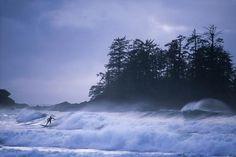Tofino Im Sommer hofft man auf Sonne und klaren Himmel, im kanadischen Tofino hingegen wird es bei tosenden Winterstürmen so richtig interessant. Zwischen November und Februar kommen viele Sturmtouristen in das Dorf an der Westküste von Vancouver Island. Das ganze Jahr über lassen sich hier Resident-Grauwale beobachten. Nicht weit ist der Clayoquot Sound, ein unbesiedeltes Küstengebiet, das Regenwald, Flüsse, Seen und Strände beherbergt