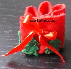 http://cartulina.es/manualidades-navidenas-bolsita-de-fieltro-para-regalos/ Bolsita para regalos de Navidad