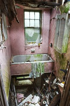 Pink Bathroom in an Abandoned House, Missouri. Old Abandoned Buildings, Abandoned Property, Abandoned Mansions, Old Buildings, Abandoned Places, Abandoned Malls, Photo Post Mortem, Bg Design, Haunted Places