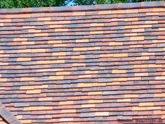 #Tonschindeln Monument Historique in den #Farben: Brun-Noir, Rouge-Naturel und Brun-violet Texture, Wood, Crafts, Violet Brown, Red, Roof Tiles, Architectural Materials, France, Rustic