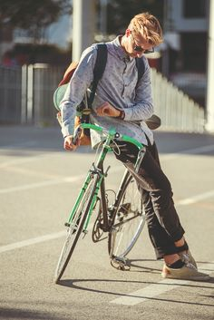 Surfer Boys, Skate Style, Ray Ban Sunglasses, Work Fashion, Baby Strollers, Ray Bans, Bicycle, Facebook, Watch
